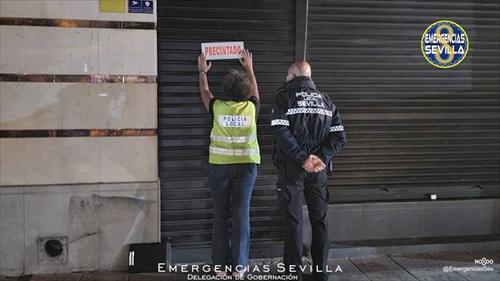 La policía local de Sevilla precinta un bar en Sevilla precinta un bar por incumplimiento de medidas Covid