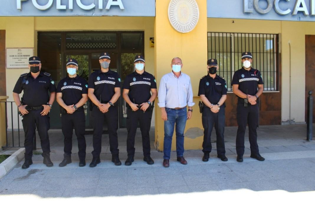 Los nuevos agentes en prácticas y el tutor junto al alcalde Fernando Zamora.