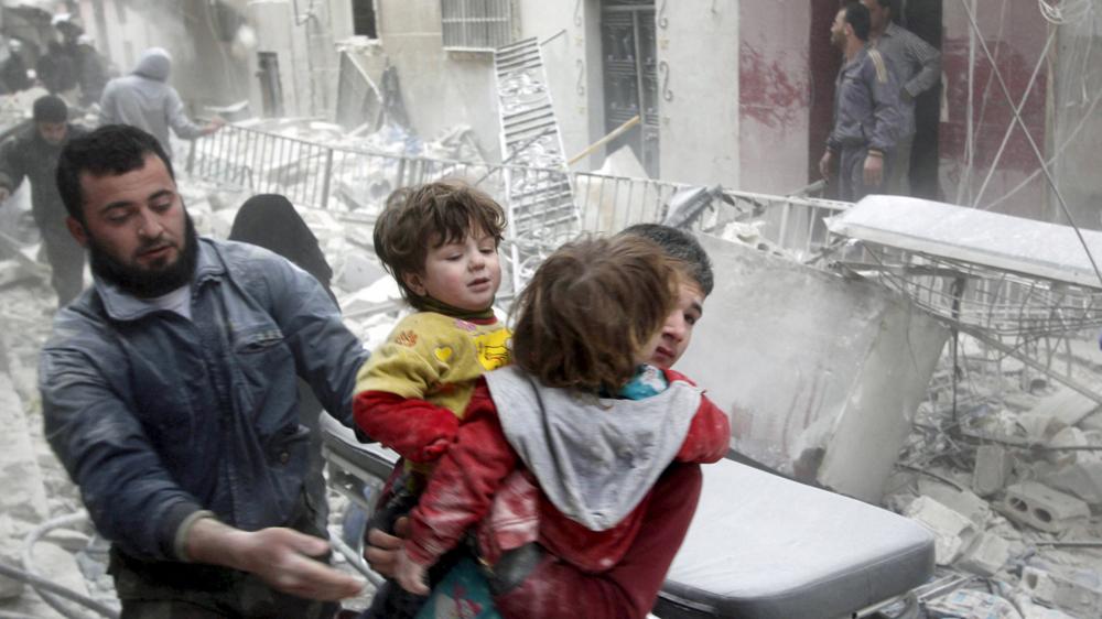 мальчик выносит детей из здания, пораженного бочковой бомбой. Алеппо.апрель 2014