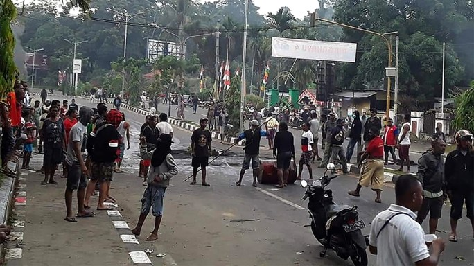 Protesters take to the street to face off with Indonesian police in Manokwari, Papua on August 19, 2019. - Riots broke out in Indonesia's Papua with a local parliament building torched as thousands pr