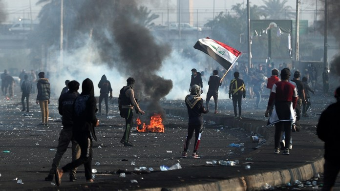 Iraqi demonstrators gather during ongoing anti-government protests in Baghdad, Iraq January 20, 2020. REUTERS/Thaier al-SudanI