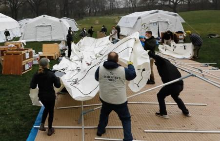 As tendas de campo são erguidas como um hospital improvisado no East Meadow do Central Park pela organização de ajuda em desastres, Samaritan's Purse. A cidade de Nova York é o epicentro do coronavírus nos EUA. [Peter Foley / EPA]