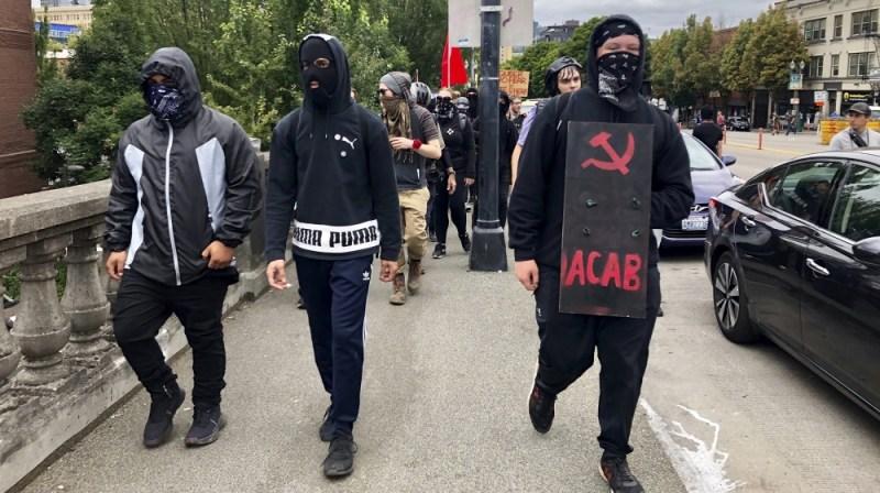 فاشسٹ مخالف انسداد مظاہرین پورٹ لینڈ میں دائیں بازو کے گروہ ، فخر لڑکے ، کی تلاش میں شہر کے مغربی جانب سے مشرق کی طرف دریائے ویلیمیٹ کے پار برنساڈ برج کو عبور کرتے ہیں ،
