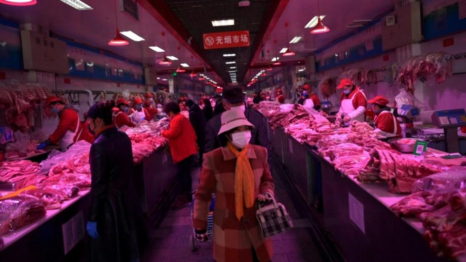 ファイルの写真:フェイスマスクを身に着けている顧客は国が北京で新しいコロナウイルス病(COVID-19)の発生に見舞われるとして、Xinfadi卸売市場で豚肉を購入します。