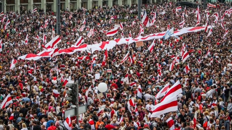 23 اگست 2020 کو بیلاروس کے منسک میں ہونے والے صدارتی انتخابات کے نتائج کے خلاف احتجاج میں لوگ شریک ہوئے۔ بیلاروس میں حزب اختلاف نے انتخابی انتخابات کے بعد ہونے والے مظاہروں میں پولیس کی دھاندلی اور پولیس پر تشدد کا الزام عائد کیا