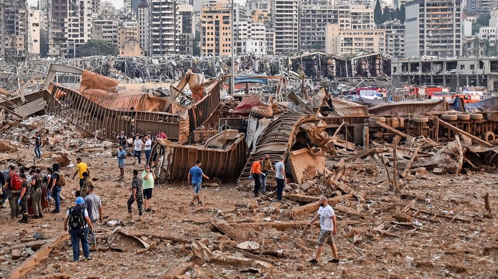 ایک تصویر میں 4 اگست 2020 کو لبنانی دارالحکومت بیروت میں بندرگاہ کے قریب ہونے والے دھماکے کا منظر دکھایا گیا ہے۔ دو بڑے دھماکے سے لبنانی دارالحکومت بیروت لرز اٹھا ، درجنوں افراد زخمی ہوگئے ، لرز اٹھا