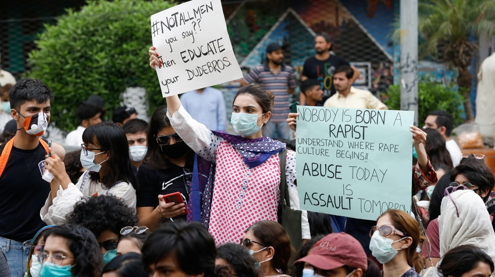 Pakistan police hunt for gang rape suspects as protests continue thumbnail
