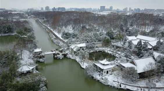 Snowfall in Beijing triggers icy-roads alert