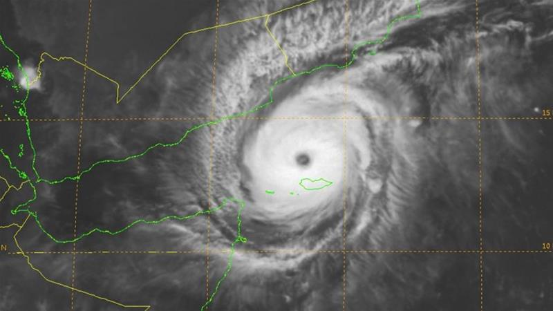 US Joint Typhoon Warning Centre reports that Chapala is expected to make landfall at about 06:00 GMT on Tuesday [JTWC]