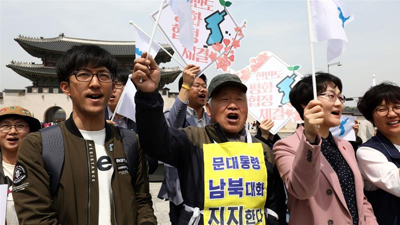 South Koreans participate in a rally welcoming the inter-Korean summit [Chung Sung-Jun/Getty Images]