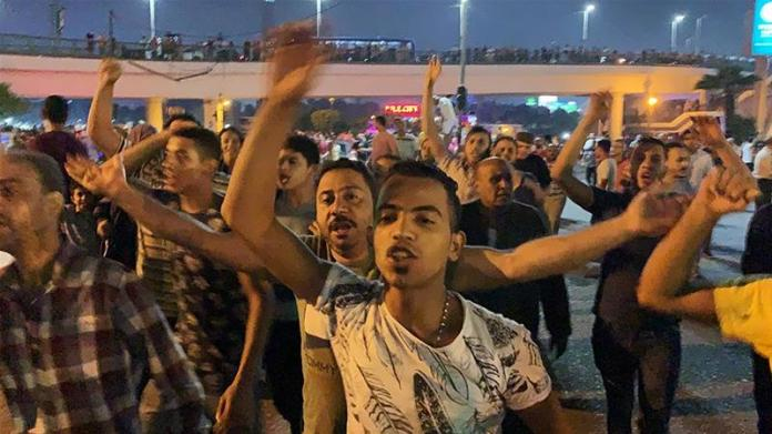 Small groups of protesters gather in central Cairo shouting anti-government slogans in Cairo, Egypt  [Amr Abdallah Dalsh/Reuters]