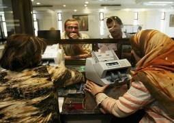 عراقيون يسحبون أموالهم من المصارف