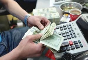 وصل سعر صرف الدولار امام الدينار العراقي لنحو 145 الف دينار عراقي في عام 2015