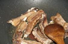 Intr-o tigaie, incingeti 3 linguri de ulei la flacara mare.  Adaugati coastele de porc si rumeniti-le cca. 1-2 minute, intorcandu-le periodic.