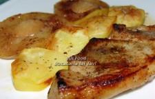 puneti in farfurii cate o felie de friptura de porc, felii de mere si rondele de cartofi, dupa care serviti! Pofta Buna!