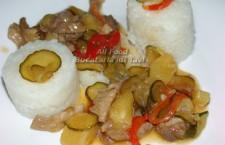 Mancarea de porc dulce-acrisoara este gata pentru a fi pusa in farfurii si servita   alaturandu-i o garnitura de orez.Pofta Buna!