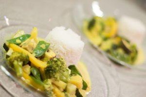Mein grün-gelbes Curry auf Tellern angerichtet