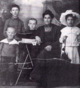 Juran Family around 1910. Joseph is next to his Mother.