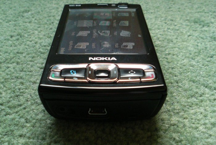 The utterly black Nokia N95 8GB