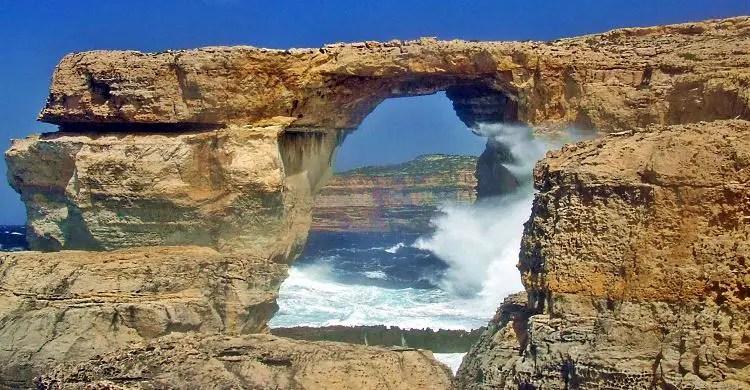 Das Azure Window war ein natürlicher Steinbogen am Meer, an der Küste der Insel Comino in Malta.