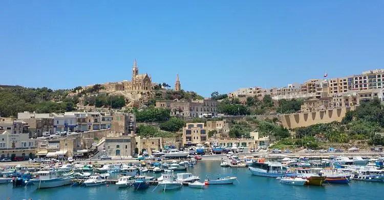 Blick von einem Schiff auf den Hafen der Insel Gozo.