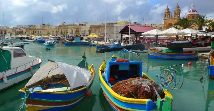 Die hölzernen, bunten Fischerboote im Hafen von Marsaxlokk.