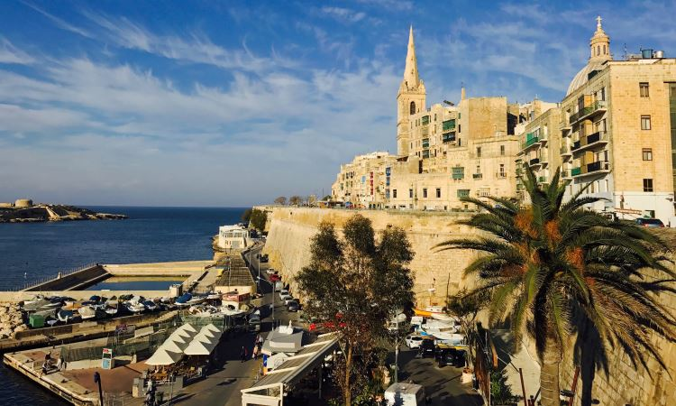 Das Leben geht an einem Feiertag auf Malta ganz normal weiter. Die Geschäfte sind aber geschlossen.