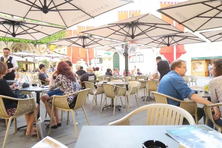 Der mit weißen Sonnenschirmen abgedeckte Gastgarten des Caffee Cordina in Valletta, Malta.