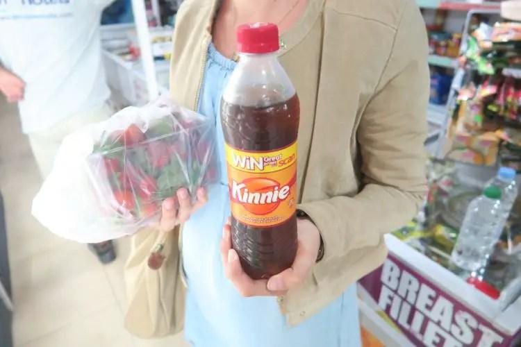 Kinnie ist ein typisch, maltesisches Getränk. Auf dem Foto halte ich eine Flasche in meiner Hand