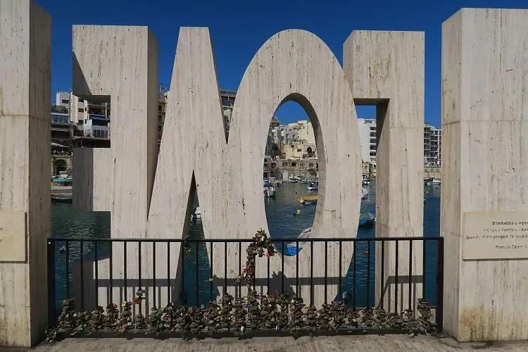 Unzählige Liebesschlösser hängen am Zaun am Love Sign in der Spinola Bay auf Malta.