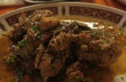 Ein Teller mit einem Kaninchen-Eintopf in einem Restaurant auf Malta. Das Essen ist mehr oder weniger die Nationalspeise von Malta.