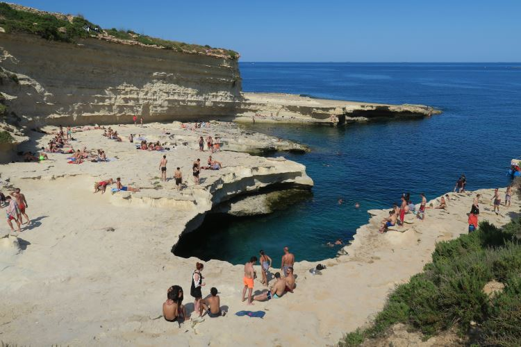 Der St. Peter´s Pool und der Blick auf das Mittelmeer vor der Insel Malta.