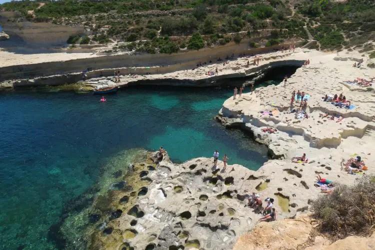 Der Blick von den nahen Klippen am St. Peter´s Pool auf den Pool und das türkisblaue Meer.