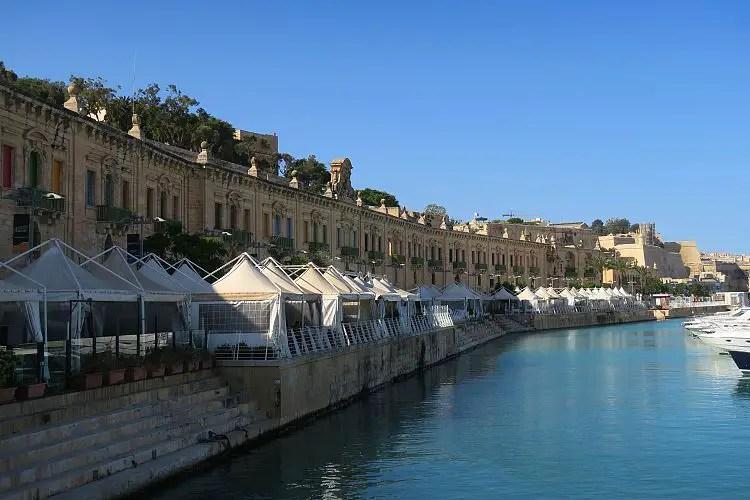 Die Gebäude, Restaurants, Bars und Yachten an der Valletta Waterfront.