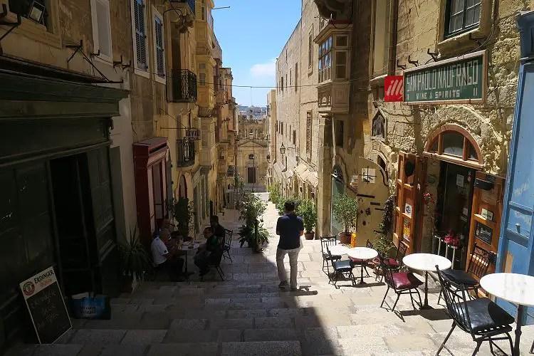 Eine schmale Gasse in der Innenstadt von Valletta, der Hauptstadt von Malta.