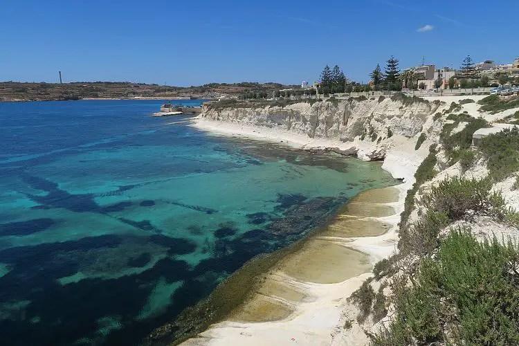 Das sonnige Wetter an der türkisblauen Küste der kleinen Stadt Marsaskale im Süden von Malta.
