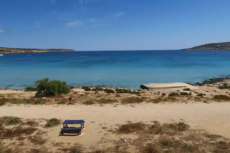 Das sonnige Wetter an einem Sandstrand auf der Insel Malta im Mittelmeer, im Dezember.