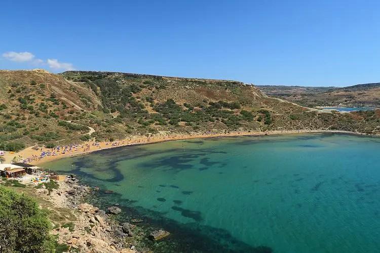 Ein Strand auf Malta und das sonnige Wetter im September.