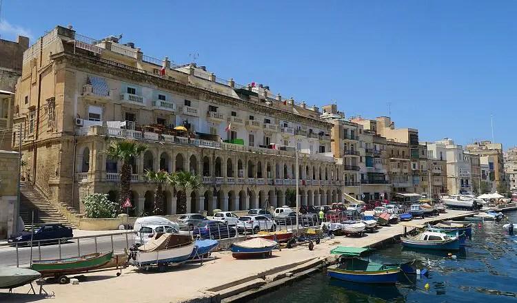 Der Blick von der Vittoriosa Yacht Marina auf eine Straße auf der ein Mietwagen fährt.
