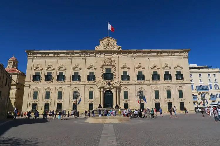 Der aus dem 16. Jahrhundert stammende Großmeisterpalast ist in weißer Farbe gehalten, die Fensterläden sind grün. Davor befindet sich ein großer Platz.