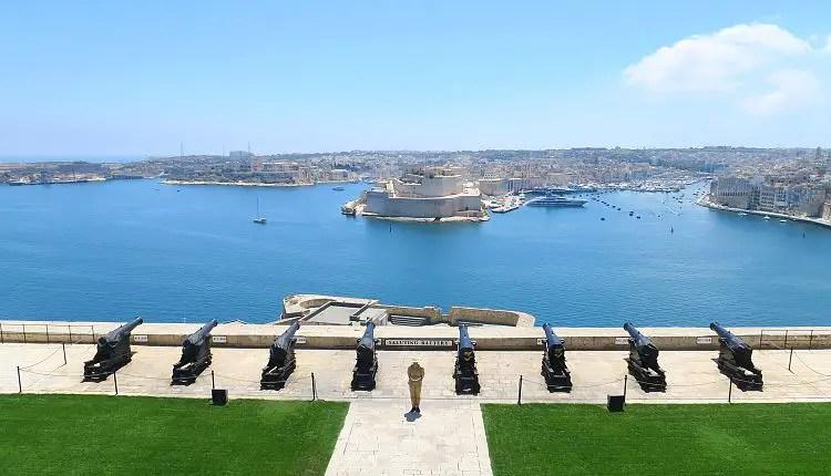 Der Blick von den Upper Barakka Gardens auf die Saltuting Battery, den Grand Harbour und The Three Cities im Hintergrund.