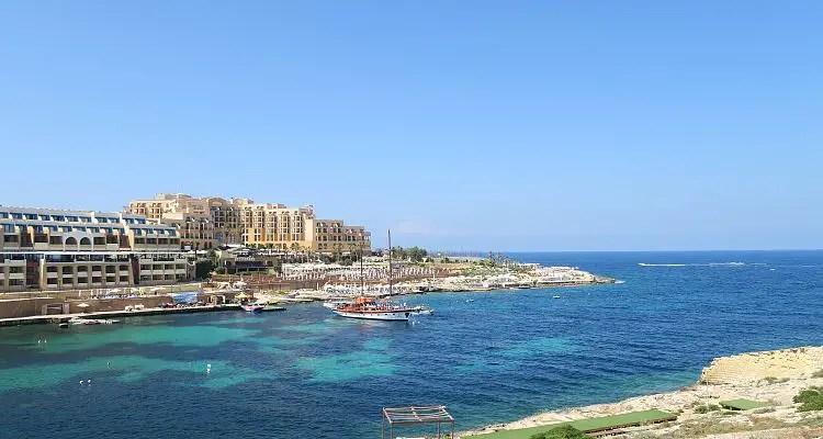 Die St. George´s Bay auf Malta und das türkisblaue Meer.