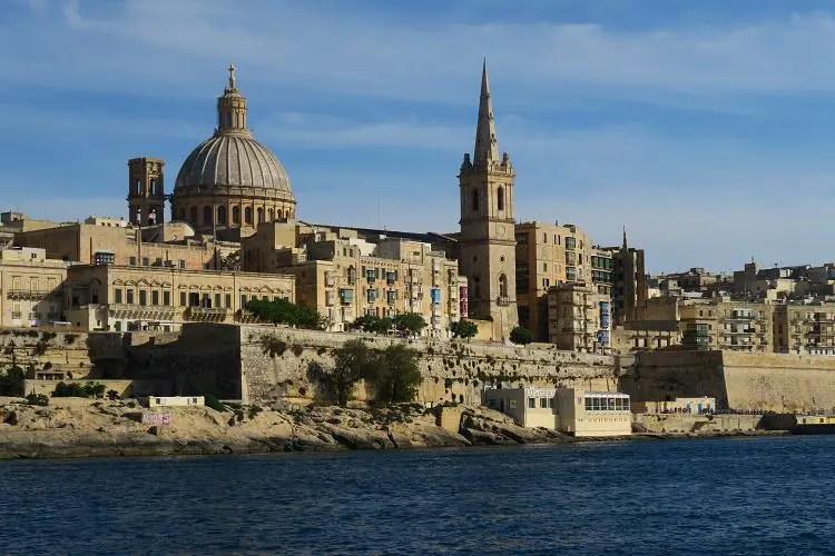 Der Blick auf die Kathedrale St. Johns Co Cathedral und die Stadtmauern am Marsamxett Hafen in Valletta.