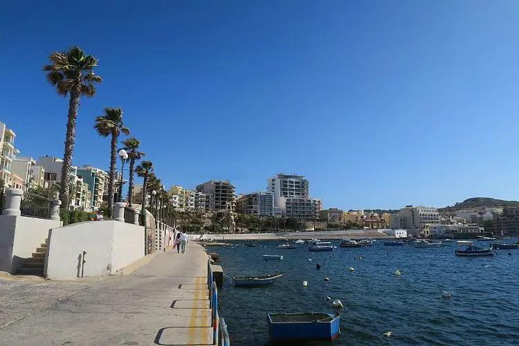 Die Promenade an der St. Pauls Bay mit Buggiba im Hintergrund.