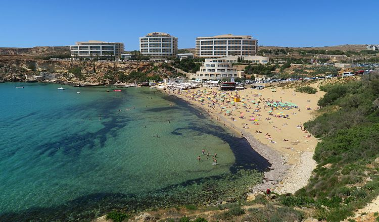 Das Hotel am Golden Bay Strand in Mellieha, Malta.