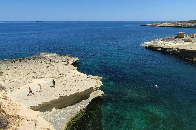 Das türkisblaue Meer an der Küste von Malta.