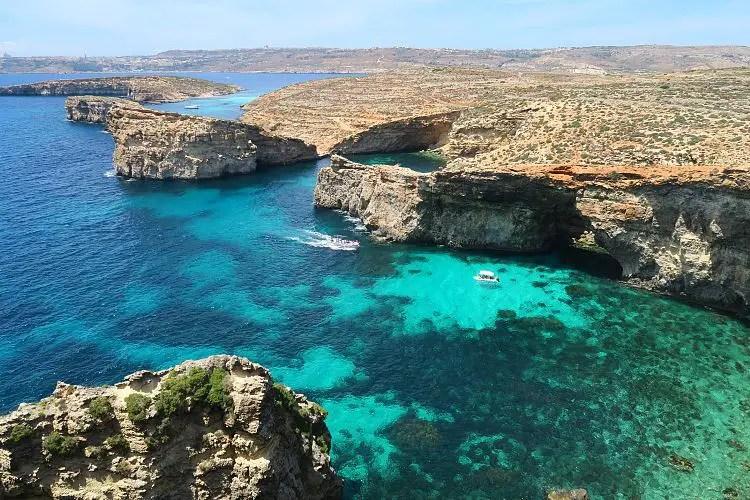 Der Blick von den Klippen au Comino auf die Blaue Lagune und Gozo.