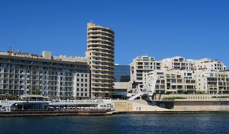 Das The Point Shoppingcenter vom Marsamxett Hafen aus gesehen.
