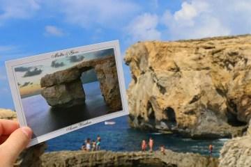 Die Landschaft am eingestürzten Azure Window auf Gozo und eine Postkarte mit einem Bild des Felsentors. Es war das landschaftliche Wahrzeichen von Malta.
