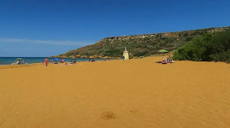 Der rötlich gefärbte Sandstrand ist sehr lange und breit.